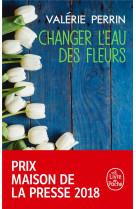 Changer l-eau des fleurs