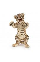 Bebe tigre debout